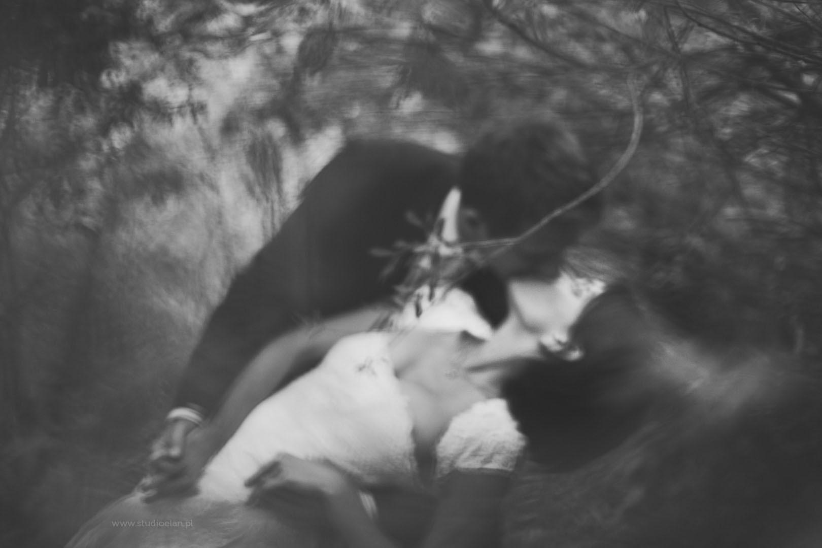 portret pary młodej w plenerze, fotografia czarno biała