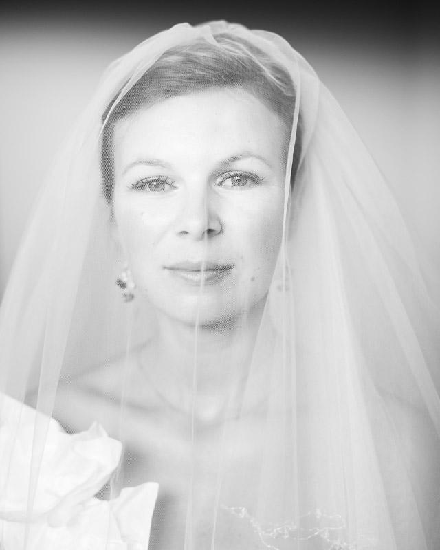 portret panny młodej w czerni i bieli