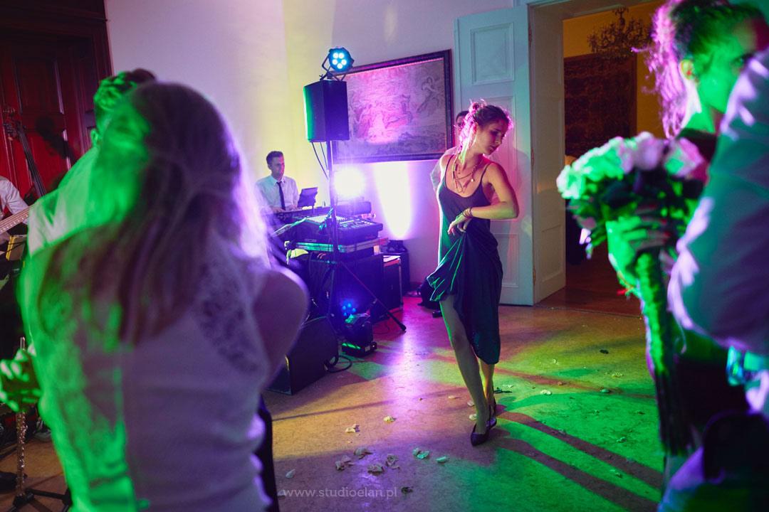 kolorowe światła sceniczne na ślubie